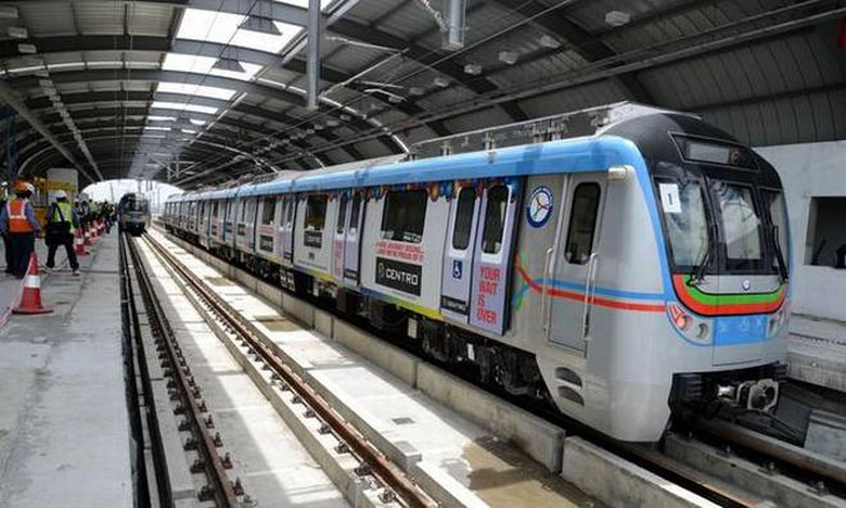 Metro rail stuck, స్తంభించిన మెట్రోరైల్