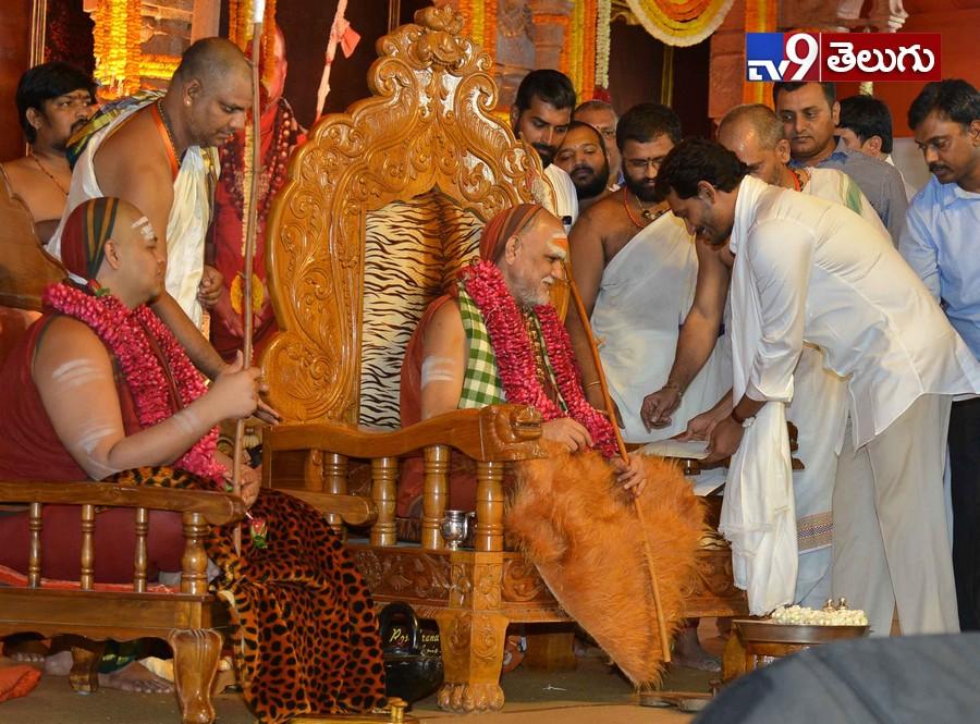 CM YS Jagan And KCR Takes blessings, జగన్, కేసీఆర్ చేతుల మీదుగా స్వాత్మానందేంద్ర సరస్వతికి కిరిట ధారణ