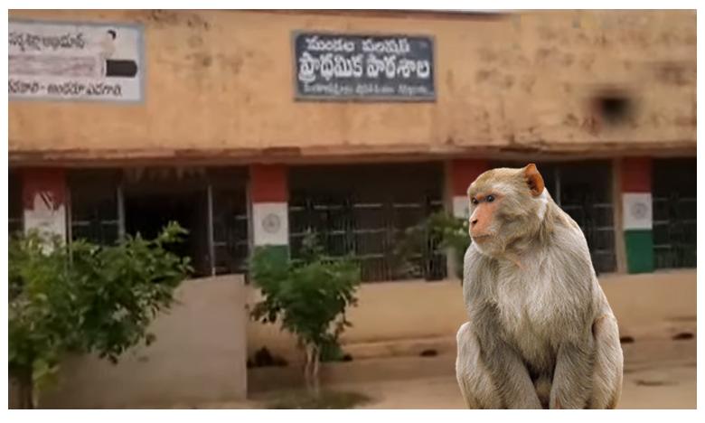 friendship with monkey karnool district friendship school children, స్కూల్లో  పాఠాలు వింటున్న వానరం