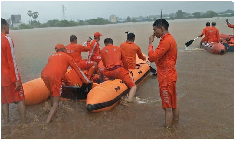 Monsoon 2019 : 2000 Passengers Stuck On Train Near Mumbai After Rain, చుట్టూ నీరు.. ట్రైన్లో ప్రయాణికులు .. ప్రాణాలతో కాపాడిన ఎన్డీఆర్ఎఫ్ దళాలు