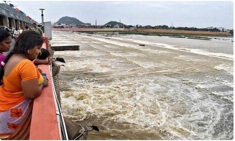 Prakasam barrage water level touches high water lelease to branch canals, ప్రకాశం బ్యారేజీవద్ద  పెరుగుతున్న నీటిమట్టం