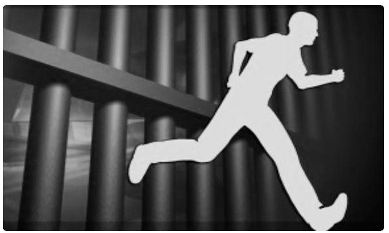 Prisoner Escape, పోలీసుల కళ్లు గప్పి.. కిటికీ నుంచి ఖైదీ పరార్