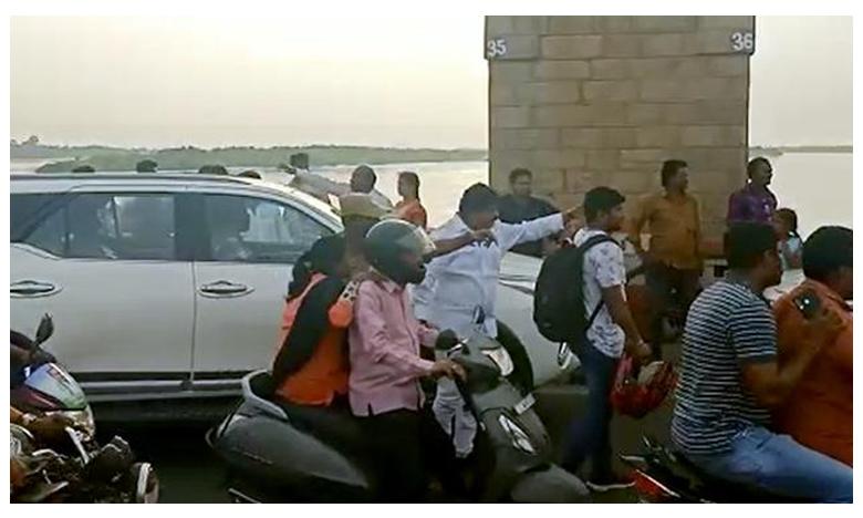 Minister Perni Nani Clears Traffic At Prakasam Barrage