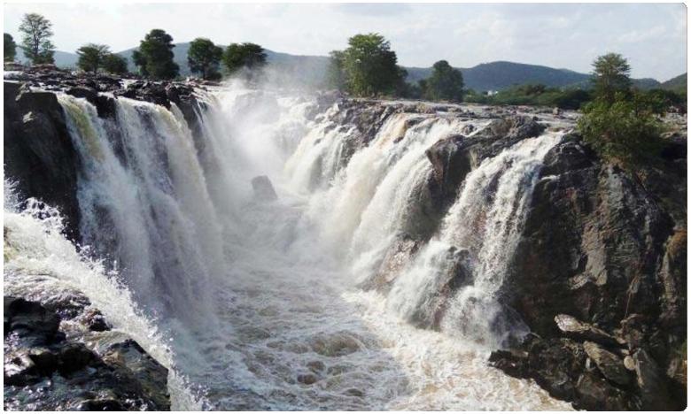 Bogatha Waterfalls Attracts Tourists at Vajedu in Telangana, పాల సంద్రంలా.. పచ్చదనంగా 'బొగత జలపాతం'..!