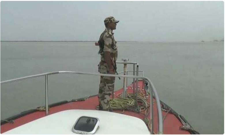 security beefed up after terror alert issued to Gujarat, గుజరాత్ సరిహద్దులో భారీగా భద్రతా దళాల గస్తీ