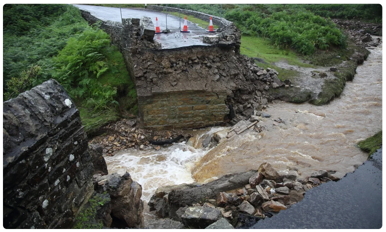 Bridge collapses after flash floods in North Yorkshire, భారీ వరదలతో.. బ్రిటన్ అస్థవ్యస్తం