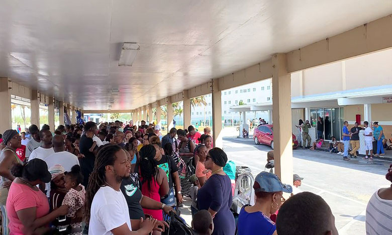 hundreds desperately wait in lines trying to flee the bahamas, బహమాస్ ను వణికించిన హరికేన్.. నాశనమైన ఎయిర్ పోర్ట్