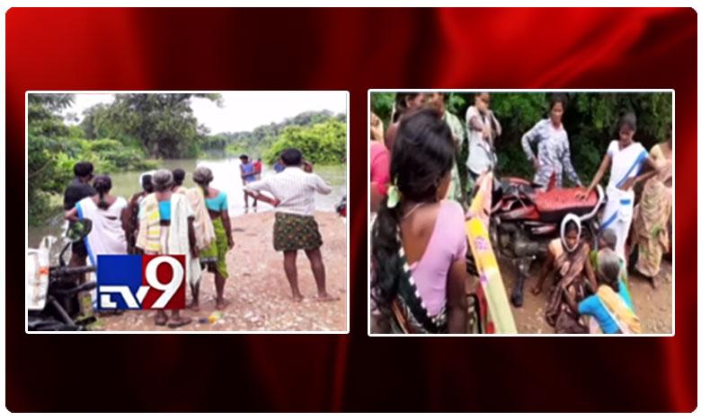 Woman delivers baby on road in Mulugu district, గర్భిణీ కష్టాలు… బైకులు దుప్పట్లు అడ్డుపెట్టి రోడ్డుపైనే ప్రసవం..!