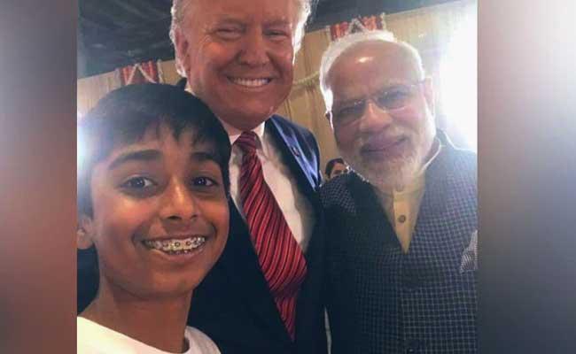 A young boy clicks selfie with PM Modi Trump at Howdy Modi event., వావ్ ! ఇద్దరు వరల్డ్ లీడర్లతో ' లక్కీ బాయ్ ' సెల్ఫీ !