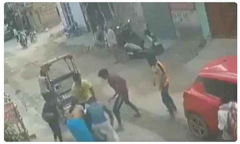 A woman in Delhi's Nangloi thrashed a chain-snatcher as he attempted to escape. The incident has been captured on CCTV and the video has gone viral, తల్లీకూతుళ్ల సాహసం..గొలుసు దొంగకు బడిత పూజ