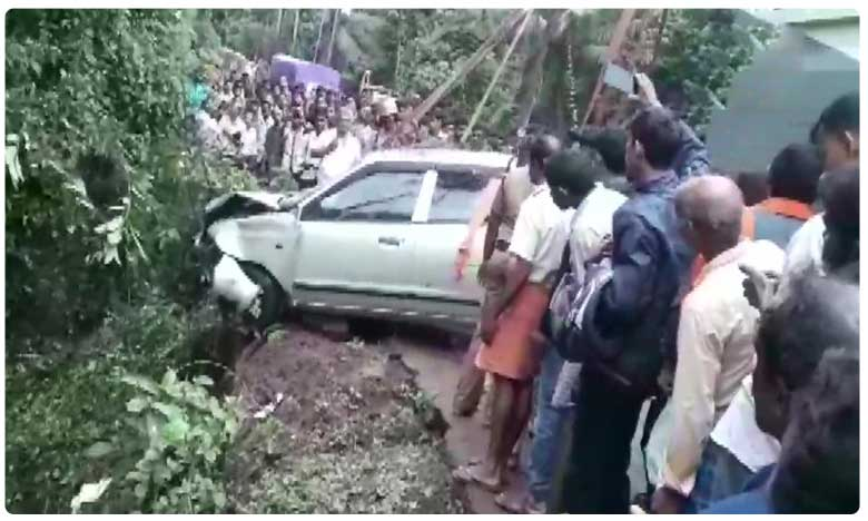 Four persons killed as car plunged into pond in Karnataka, అదుపుతప్పి బోల్తాపడ్డ కారు.. నలుగురు దుర్మరణం