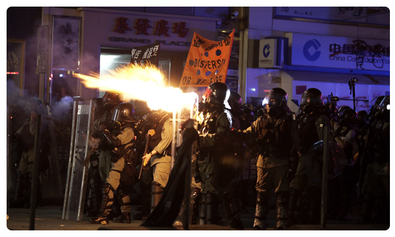 Sunday as protesters set up roadblocks and torched businesses on a main tourist drag, హాంకాంగ్ లో మళ్ళీ అల్లర్లు… రెచ్చిపోయిన నిరసనకారులు