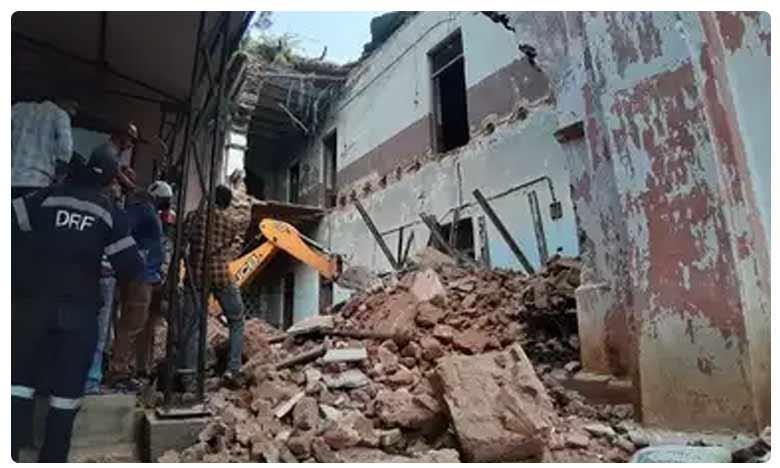Old Building Collapsed Near Nampally Raliway Station, హైదరాబాద్లోని నాంపల్లిలో కుప్పకూలిన పురాతన భవనం!