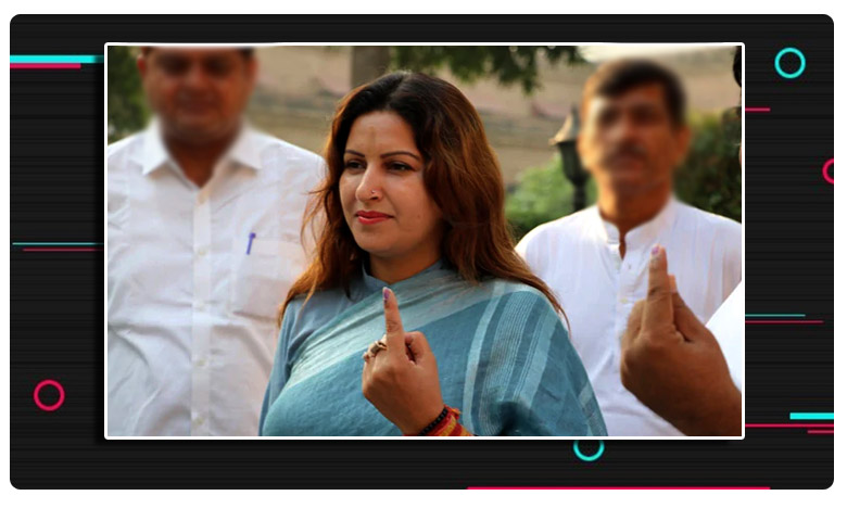 BJP Candidate Sonali Phogat Casts Her Vote, వేలిపై ఇంక్ గుర్తుతో టిక్ టాక్ స్టార్ .. అందరి కళ్ళూ ఆమె పైనే !