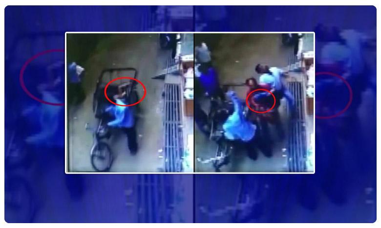 A child fell from a building on a rickshaw, ఈ చిన్నారి చిరంజీవి ..అదృష్టమంటే ఇదే మరి.!