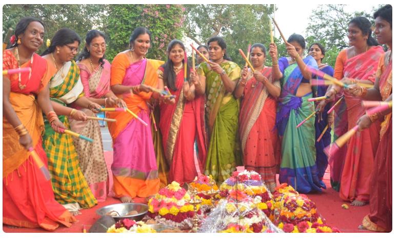 Female legislators performed Bathukamma celebrations in Telangana Assembly, బతుకమ్మ ఆడిన మహిళా ఎమ్మెల్యేలు