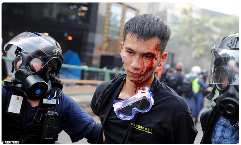 riot police fire tear gas and rubber bullets at protesters, రణరంగంగా మారిన హాంకాంగ్ యూనివర్సిటీ