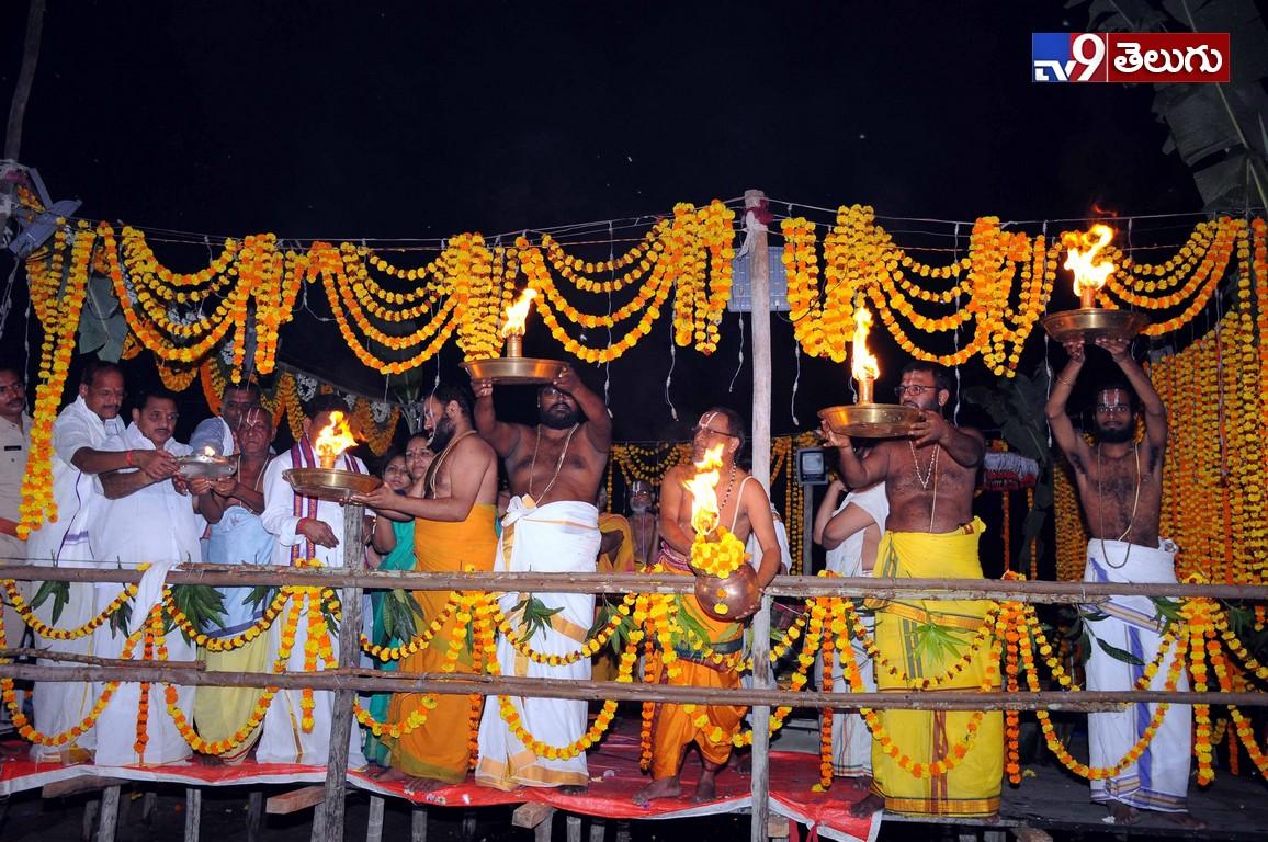 Khammam District Godavari maha Harati Photo Gallery, వైభవంగా భద్రాచలం  గోదావరి హారతి