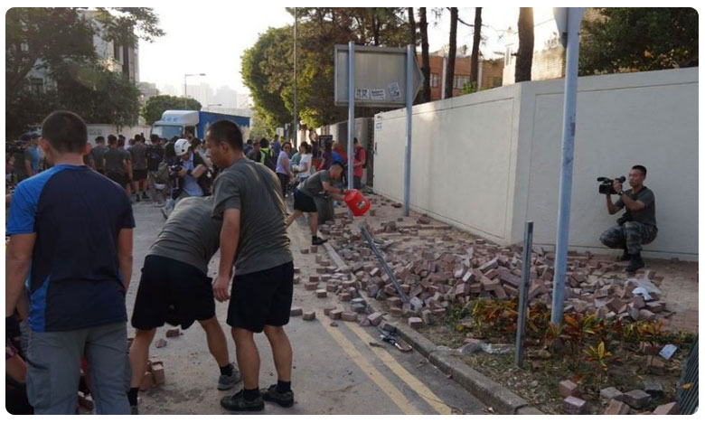 Chinese Army Cleans Hongkong Roads After Protests, హాంకాంగ్ వీధుల్లో చైనా సైనికులు చీపుర్లు పట్టుకుని..