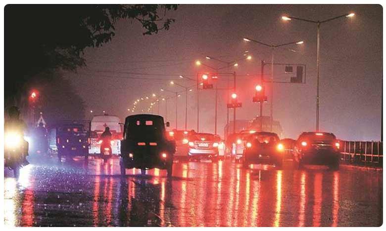 Heavy rainfall lashes parts of Delhi, ఢిల్లీలో భారీ వర్షం.. రోడ్లన్నీ జలమయం!