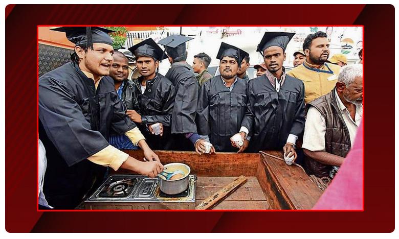 Many Congress workers wore the dress, గ్రాడ్యుయేట్లు కాదు.. కాంగ్రెస్ కార్యకర్తలే.. పకోడా.. టీ అమ్ముతూ ..