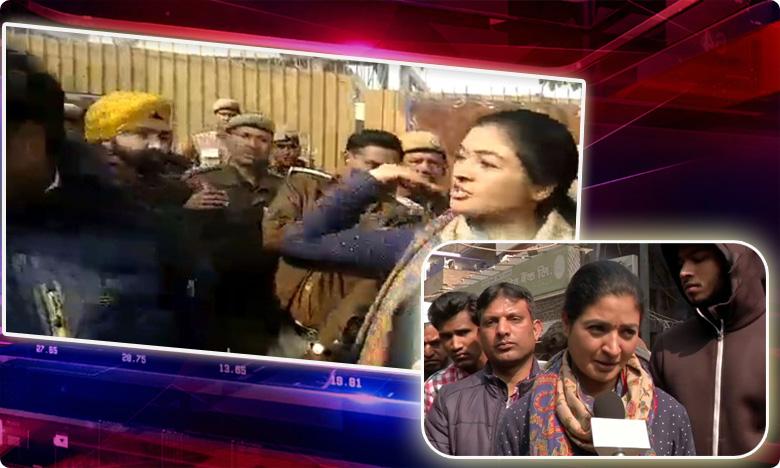 congress leader alka lamba tried to slap aap worker, ఆప్ కార్యకర్తపై అల్కా లాంబా ఆగ్రహం.. చెయ్యెత్తి ..