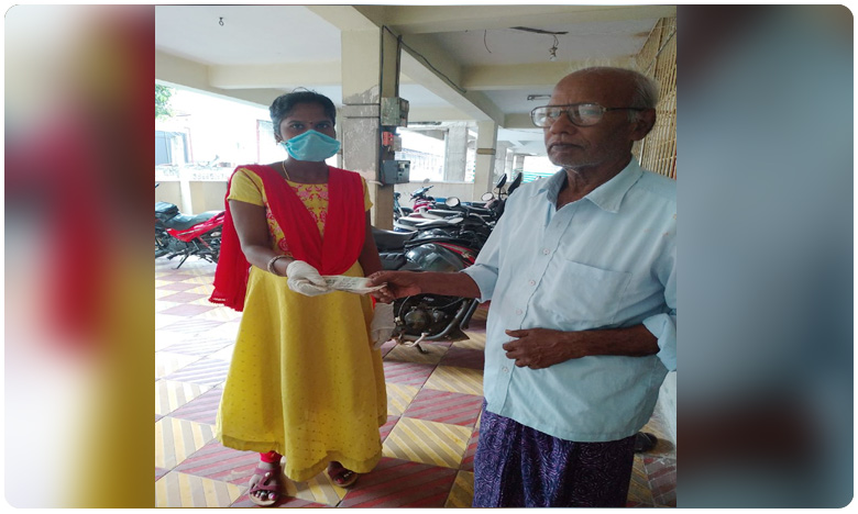 AP Grama Volunteers Distribute Rs. 1000 to poor people, ఏపీలో ఇంటింటికి వెళ్లి రూ. వెయ్యి అందిస్తోన్న వాలంటీర్లు