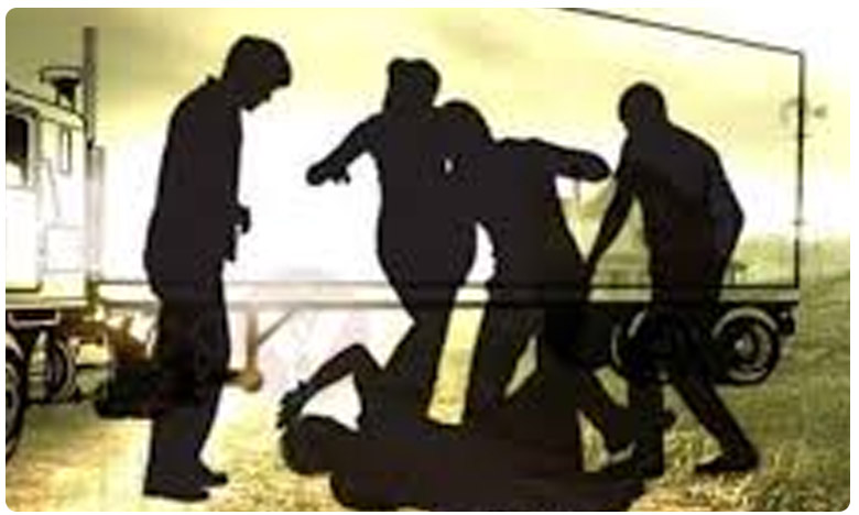 Youth thrashed by cops in Jharkhand... forced to drink urine amid lockdown, రాంచీ ఖాకీలు ఇది మీకు తగునా..?.. యువకుడిని కొట్టి.. అలా తాగిస్తారా..?