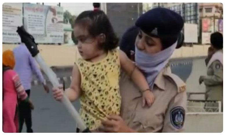 woman constable photo viral of on duty carrying infant baby, మన కోసం.. 14 నెలల పాపతో పోలీసు విధుల్లోకి..హ్యాట్సాఫ్..