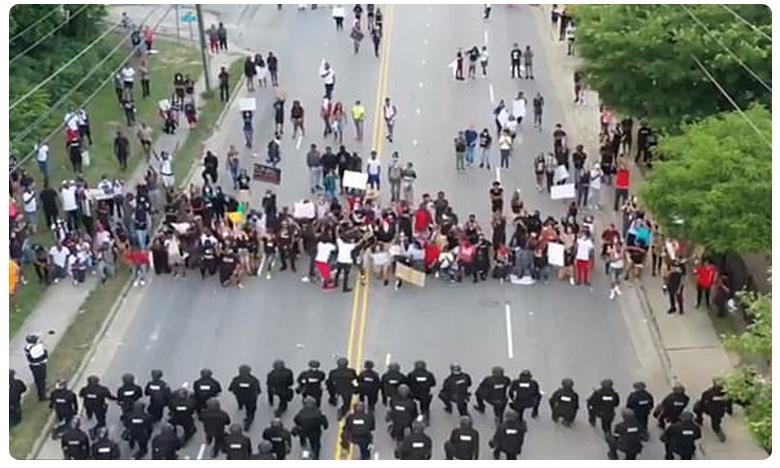 Police In North Carolina, అమెరికాలో రివర్స్ సీన్… నిరసనకారులతో పోలీసుల హగ్