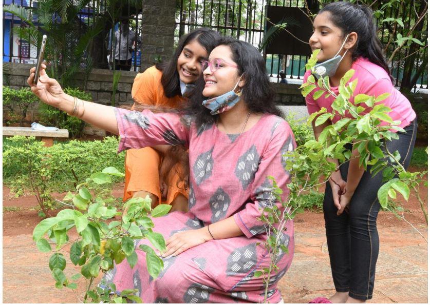 Actress Renu Desai Accepts Green India Challenge, గ్రీన్ ఇండియా ఛాలెంజ్: తన కూతురుతో కలిసి మొక్కలు నాటిన రేణు..