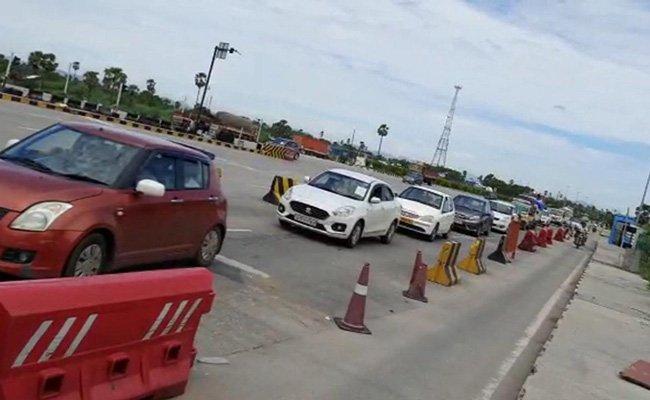 Lockdown Fear: Heavy Traffic Jam at AP-Telangana Border, లాక్డౌన్ భయం.. సరిహద్దుల్లో భారీగా ట్రాఫిక్ జామ్..