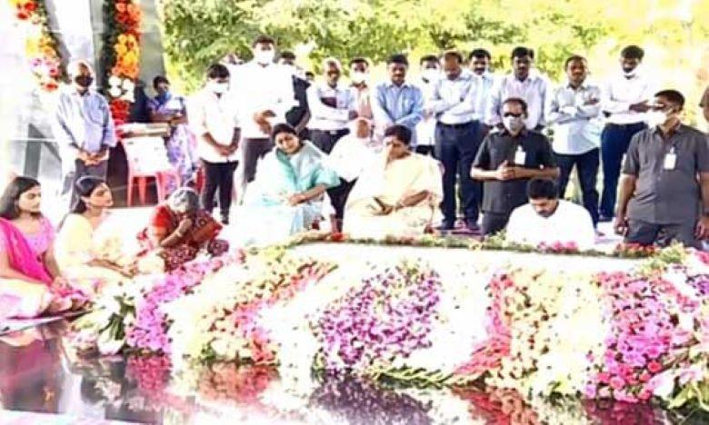 Taapsee Pannu's paternal grandmother passes away, తాప్సీ ఇంట్లో విషాదం..