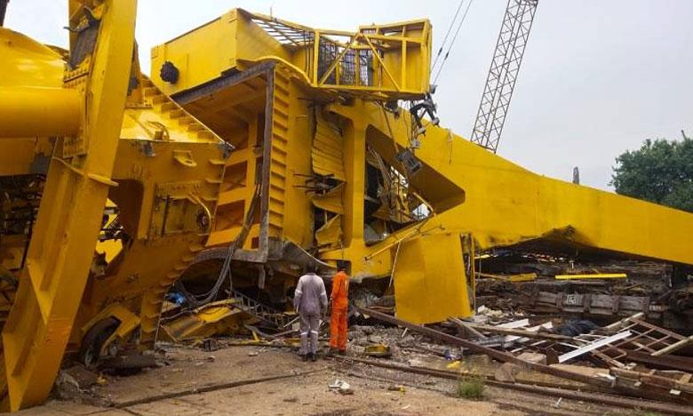 ten killed as giant crane collapses at Hindustan Shipyard in Vizag, విశాఖ షిప్ యార్డ్లో కూలిన భారీ క్రేన్..10 మంది మృతి..