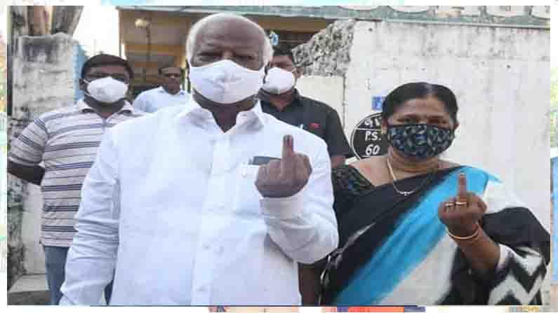 Kadiyam Srihari Couple Cast Vote